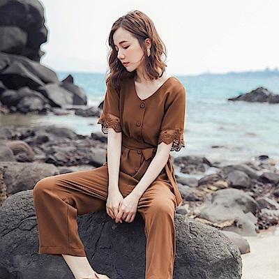 純色涼爽不易皺附綁帶蕾絲袖口拼接短袖連身褲-OB大尺碼