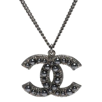 CHANEL 香奈兒經典CC LOGO 大小珍珠鑲嵌水鑽墜飾項鍊(霧銀)