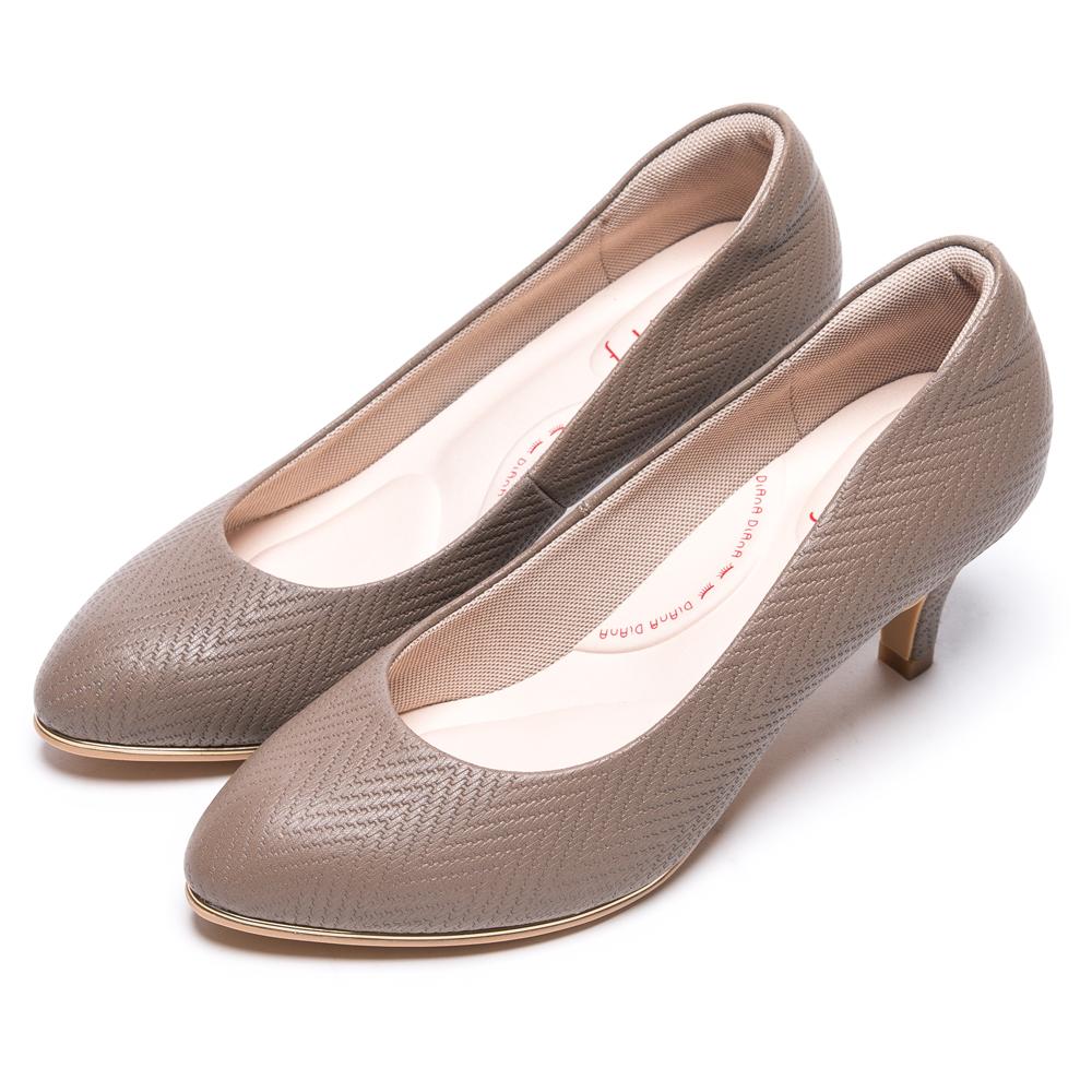 DIANA知性簡約閃電壓紋質感真皮跟鞋-漫步雲端輕盈美人款-可可