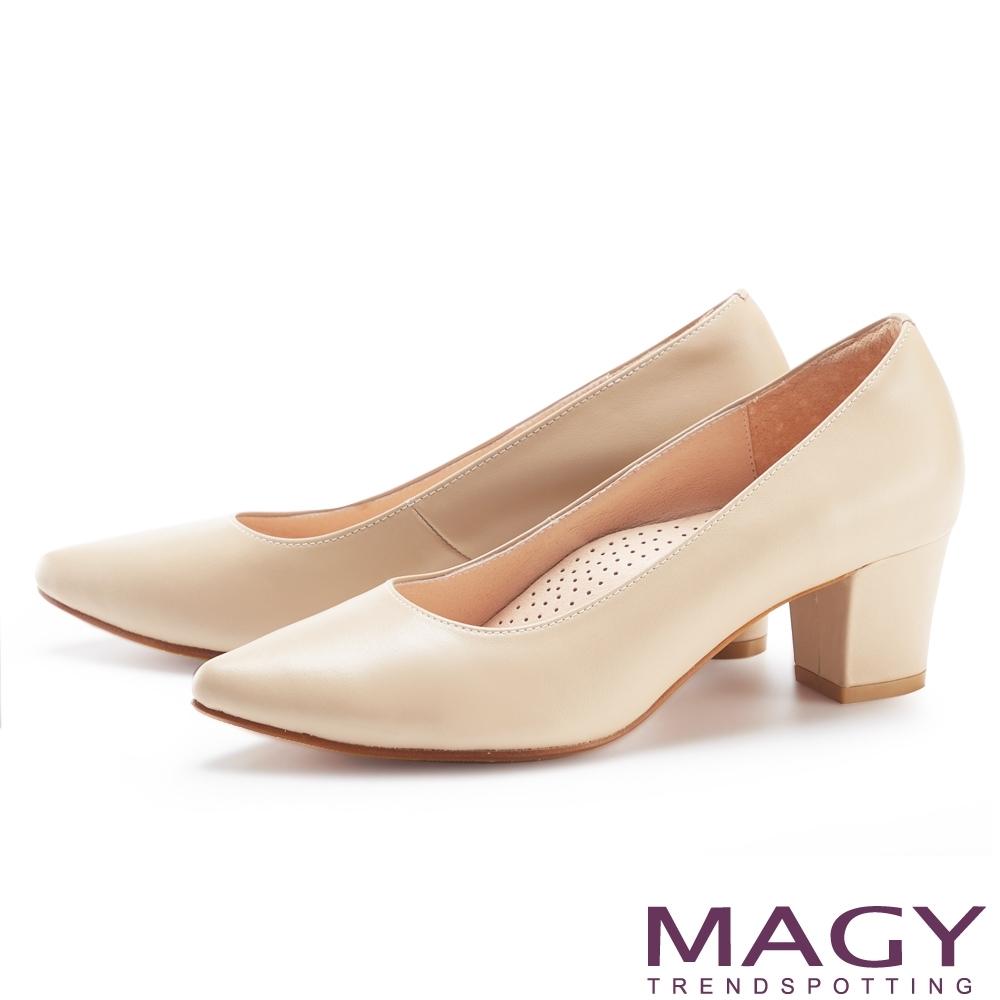 MAGY 大女人素雅真皮尖頭 女 粗中跟鞋 杏色