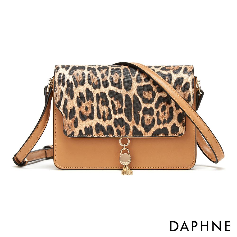 達芙妮DAPHNE-輕盈俏麗別緻流蘇小方包-棕色