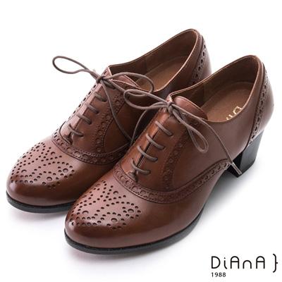 DIANA 英倫學院--質感雕花沖孔綁帶真牛皮跟鞋-棕