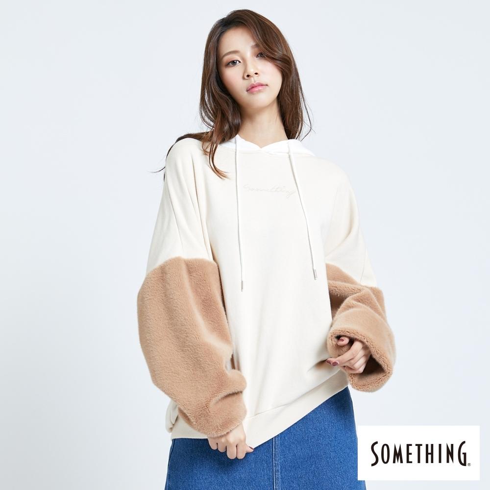 SOMETHING 毛絨袖拼接 寬鬆厚連帽T恤-女-淺卡其色