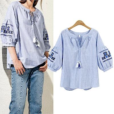 MOCO民俗風藍色條紋燈籠袖刺繡流蘇繫帶上衣XL~4L