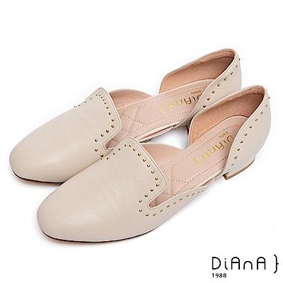 DIANA柔軟羊皮點綴鉚釘微鏤空低跟跟鞋-個性低調-米白