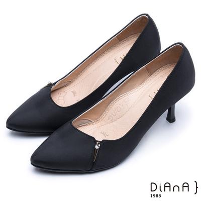 DIANA 漫步雲端焦糖美人款--水鑽金屬釦防潑水尖頭跟鞋 –黑