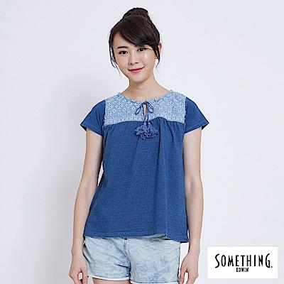 SOMETHING 圖騰刺繡圓領短袖T恤-女-拔淺藍