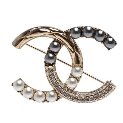CHANEL 經典雙C LOGO珍珠/水鑽鑲飾造型胸針(金)