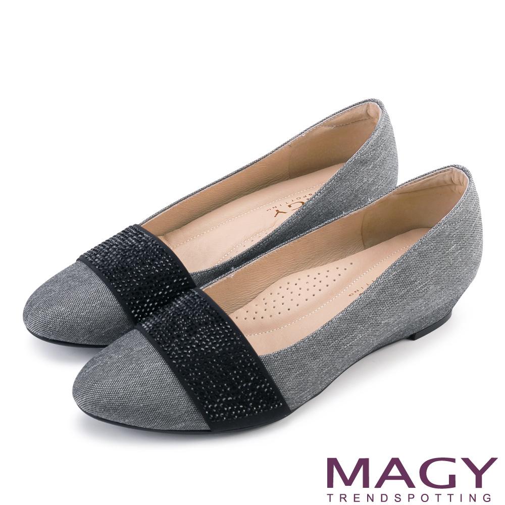 MAGY 復古上城女孩 質感布料鬆緊帶楔型低跟鞋-淺灰