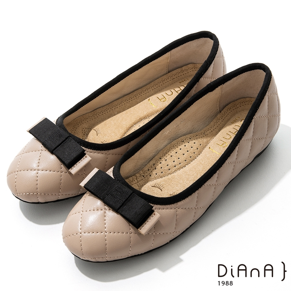 DIANA 2cm質感牛皮經典菱格紋平蝴蝶結飾釦圓頭娃娃鞋-奶茶