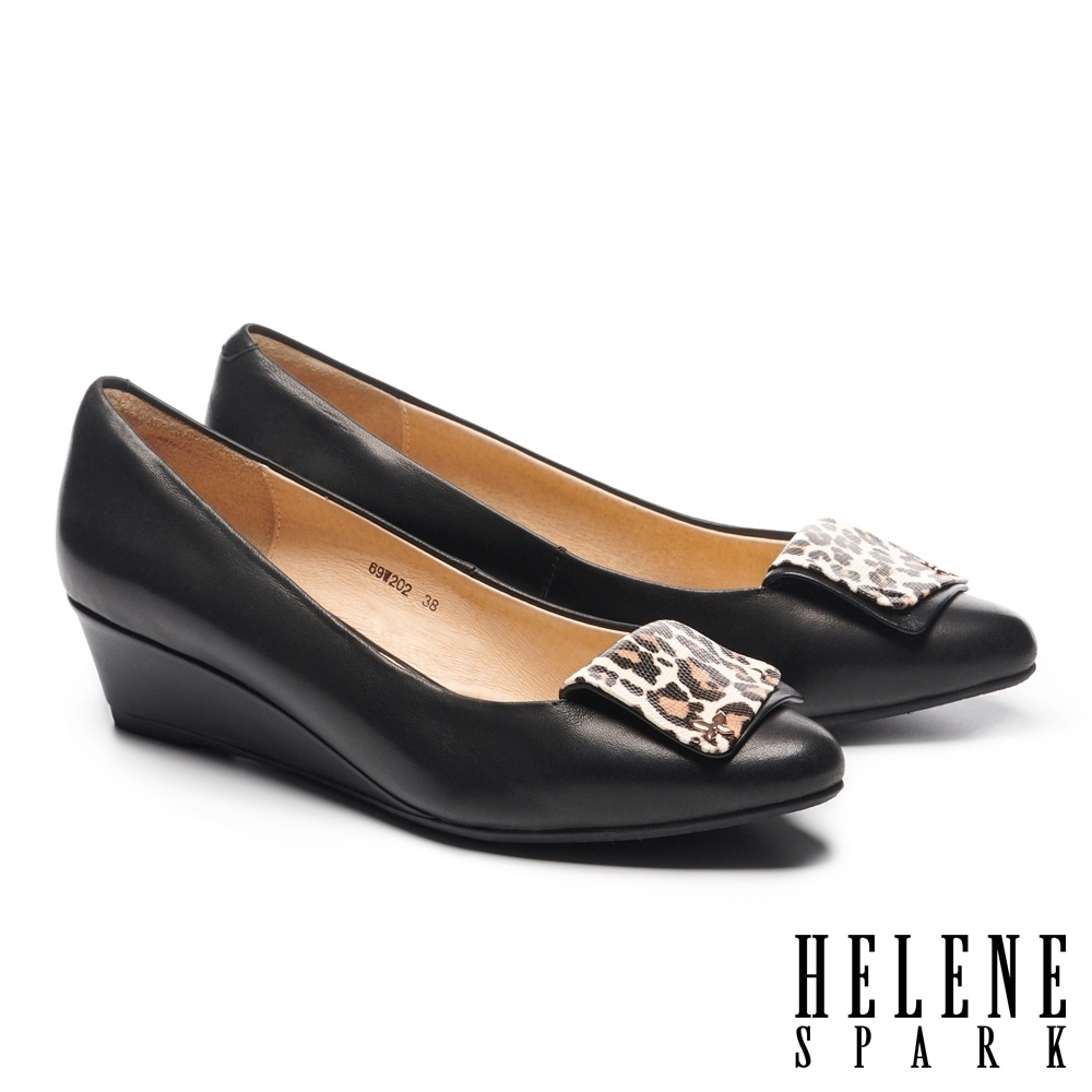 高跟鞋 HELENE SPARK 氣質典雅羊皮豹紋飾釦尖頭楔型高跟鞋-黑