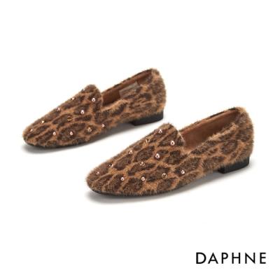 達芙妮DAPHNE  低跟鞋-精巧珠鑽仿皮毛圓頭樂福鞋-棕