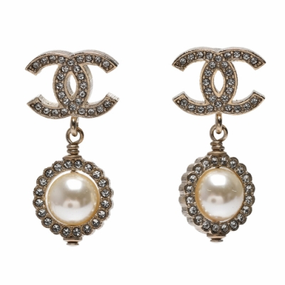 CHANEL 經典雙LOGO水鑽鑲飾珍珠圓形垂墜造型穿式耳環(金色)
