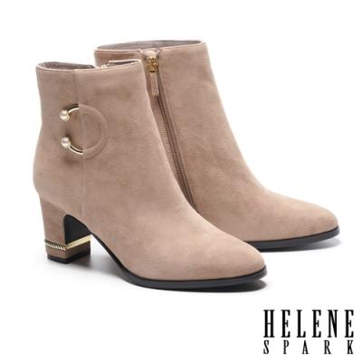 短靴 HELENE SPARK 輕奢優雅珍珠 C 釦造型全真皮粗高跟短靴-米