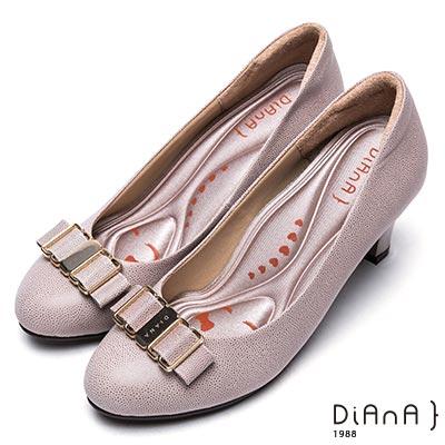 DIANA 漫步雲端輕盈美人--金屬飾釦壓紋真皮烤漆跟鞋-卡其