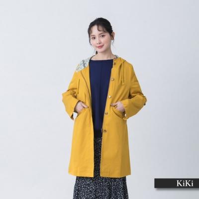 【KiKi】中長版修身帽裡印花風衣-外套(三色/版型顯瘦)