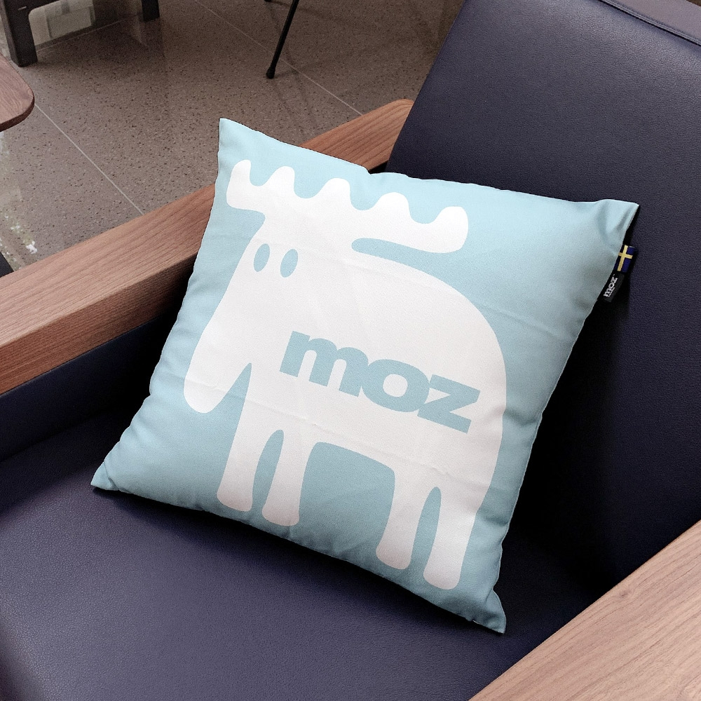 moz瑞典 北歐風雙面抱枕套(經典LOGO-天空藍)45cm