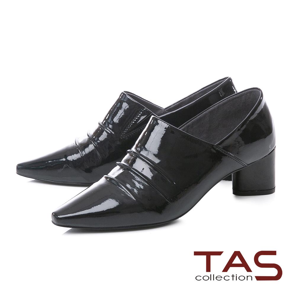 TAS素面抓皺側V口漆皮尖頭粗跟踝靴–質感黑