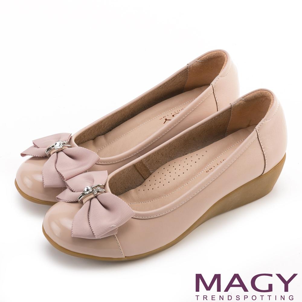 MAGY 甜美混搭新風貌 蝴蝶結戒指釦環造型真皮楔型鞋-粉色