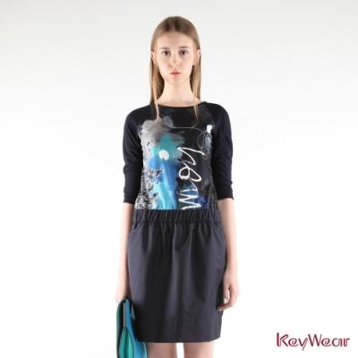 KeyWear奇威名品    德國進口布時尚舒適抽象印花七分袖上衣-深藍色