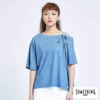 SOMETHING 不對稱斜肩 短袖T恤-女-漂淺藍