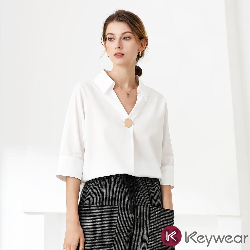 KeyWear奇威名品    簡約開襟釦飾寬版上衣-白色