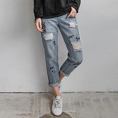 高含棉刺繡造型刷破設計淺藍牛仔男友褲-OB嚴選