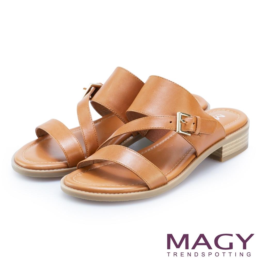 MAGY 樂活渡假 斜邊造型牛皮低跟拖鞋-棕色