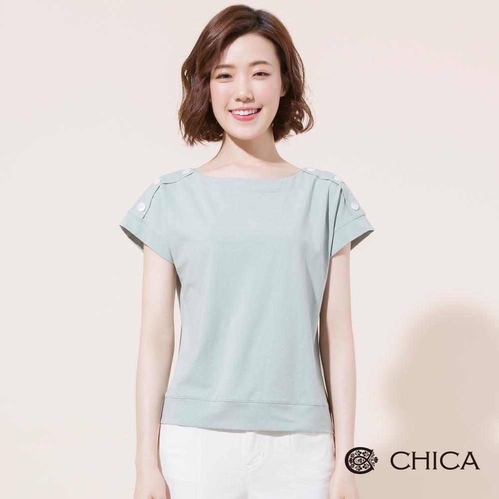 CHICA 文青氣息肩排釦設計純色上衣(2色)