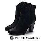 VINCE CAMUTO 麂皮素面縫線尖頭中筒靴-絨黑