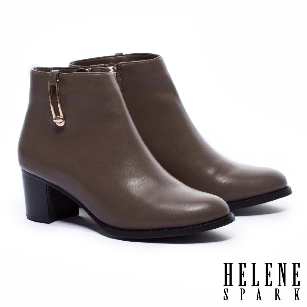 短靴 HELENE SPARK 率性俐落剪裁長型金屬飾釦粗高跟短靴-咖