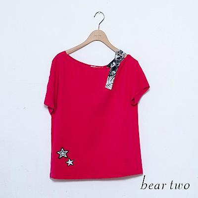 beartwo 斜邊露肩花印造型星星刺繡上衣(二色)