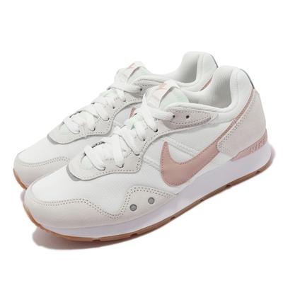 Nike 休閒鞋 Venture Runner 寬楦 女鞋 復古鞋型 反光 麂皮 網布 球鞋穿搭 淺卡其 粉 DM8454-106