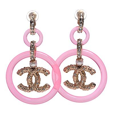 CHANEL 經典CC LOGO水鑽鑲嵌雙圈簍空墜飾夾式耳環(粉紅-金)