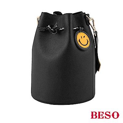 BESO眨眼微笑 抽繩造型水桶包~黑
