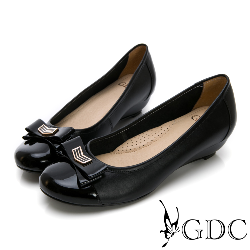 GDC-真皮蝴蝶結素面金屬扣拼接楔型跟鞋-黑色