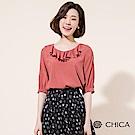 CHICA 唯美氣息荷葉領口五分袖上衣(2色)