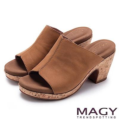 MAGY 夏日簡約風 一字寬版牛皮粗跟涼拖鞋-棕色