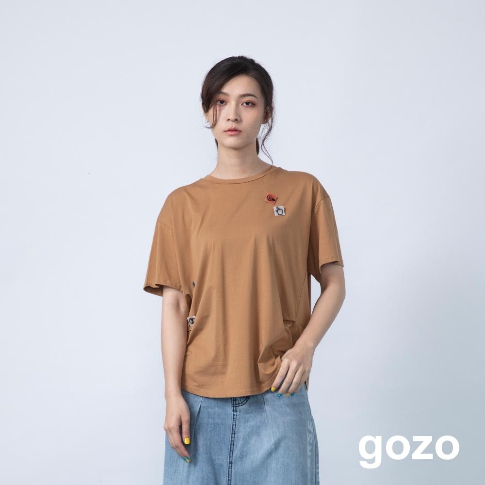 gozo 符號別針幾何拼接壓褶上衣(咖啡)