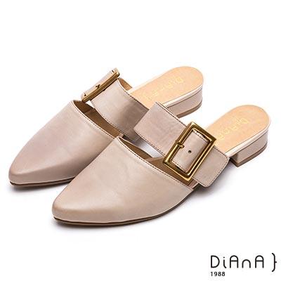 DIANA質感雙色羊皮方型釦飾尖頭穆勒鞋-時尚潮流–米