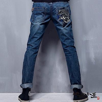 地藏小王 BLUE WAY 地藏月燈鯉魚精繡低腰直筒褲(淺藍)