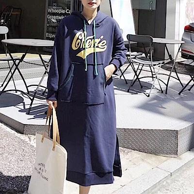 La Belleza草寫英文字大口袋反車縫線內裡加絨厚棉連帽抽繩洋裝