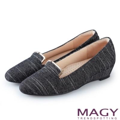 MAGY 復古休閒 金屬飾條壓紋布面楔型低跟鞋-白黑