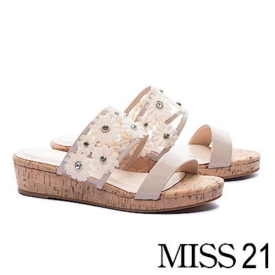 拖鞋 MISS 21 清新浪漫晶鑽蕾絲花朵異材質楔型拖鞋-米