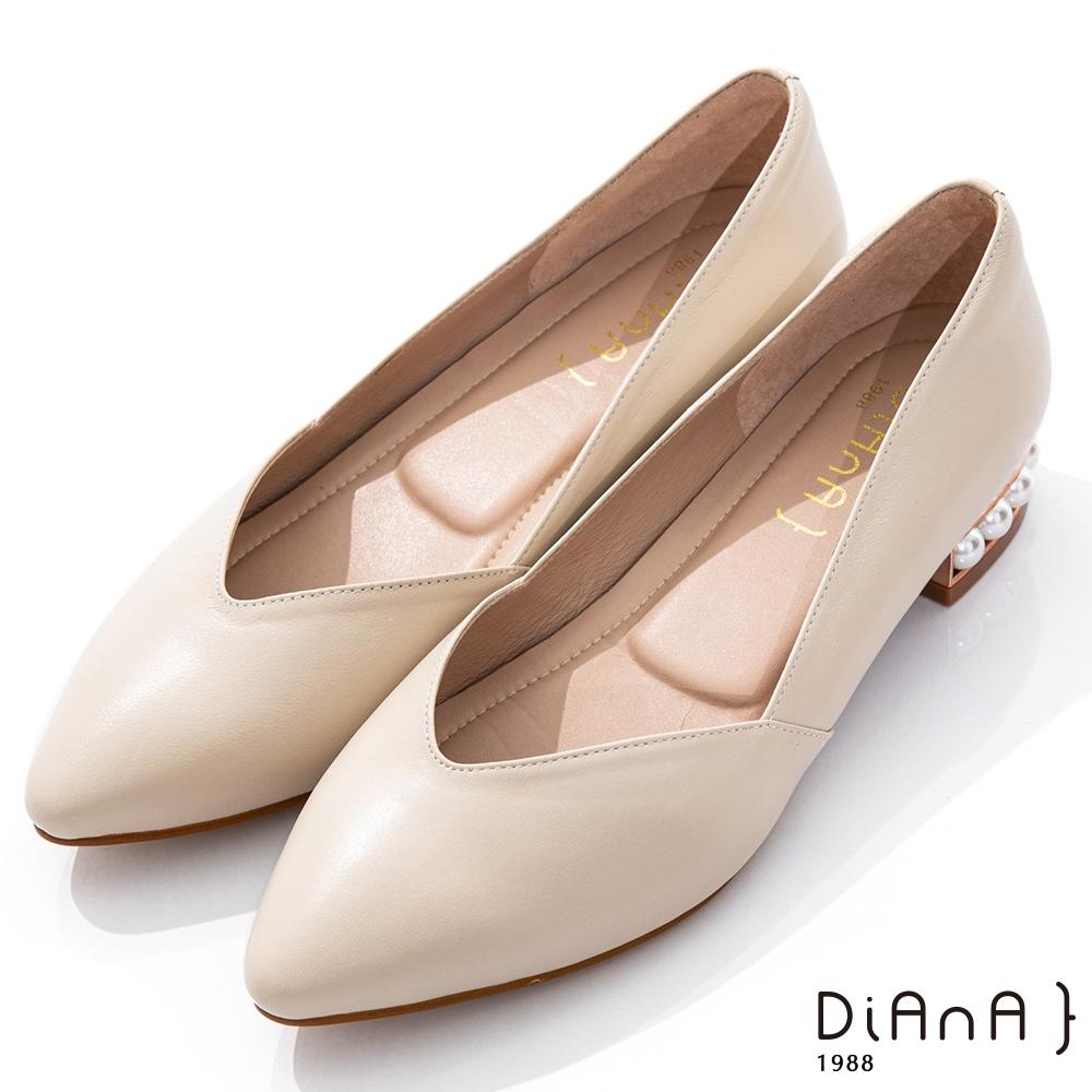 DIANA 3cm羊皮線條珍珠電鍍飾釦尖頭低跟鞋-優雅女伶-米