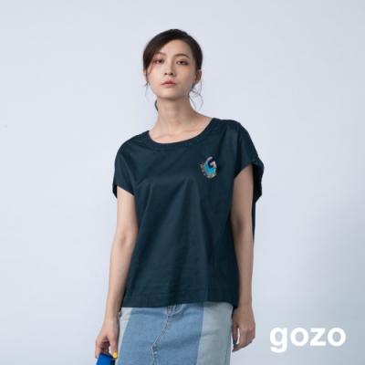 gozo 品牌造型別針素面壓褶上衣(深灰)
