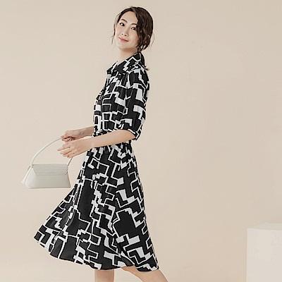 不易皺滿版幾何層次印花附綁帶短袖傘襬洋裝-OB大尺碼
