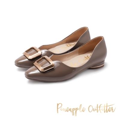 Pineapple Outfitter-FABIOLA華麗金屬方扣尖頭低跟鞋-鏡灰色