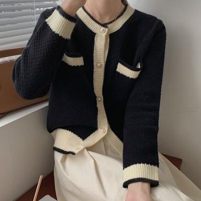 La Belleza名媛氣質圓領滾邊珍珠鈕釦雙口袋排釦毛料針織外套