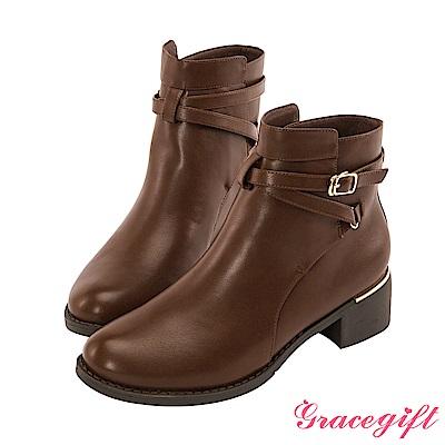 Grace gift-交叉帶釦金屬飾片短靴 咖啡